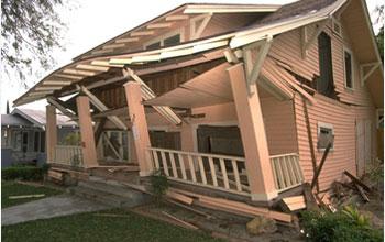 Къща повредена от земетресението в Нортридж.