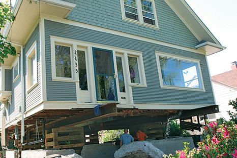 Повдигане на дървена къща с помоща на хидравлика