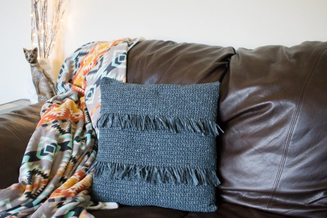 Crochet throw pillow. Free crochet pattern to make a luxury looking crochet throw pillow with fringe and inspired by expensive home decor. DIY crochet throw pillow.