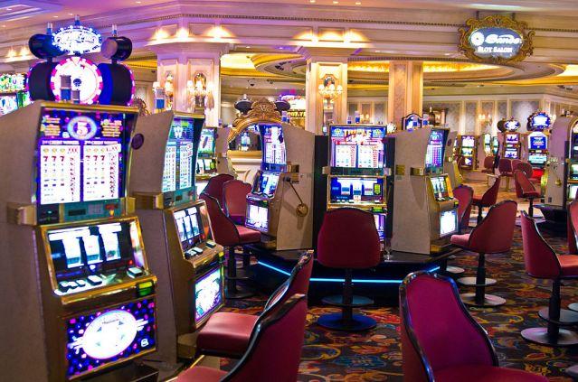 1024px-Slot_machines_in_Venetian