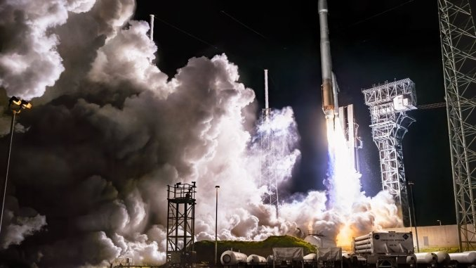 The Atlas V 411 lifts off carrying the Solar Orbiter on a mission to the sun. (Glenn Davis/Glenndavisphotography.com)