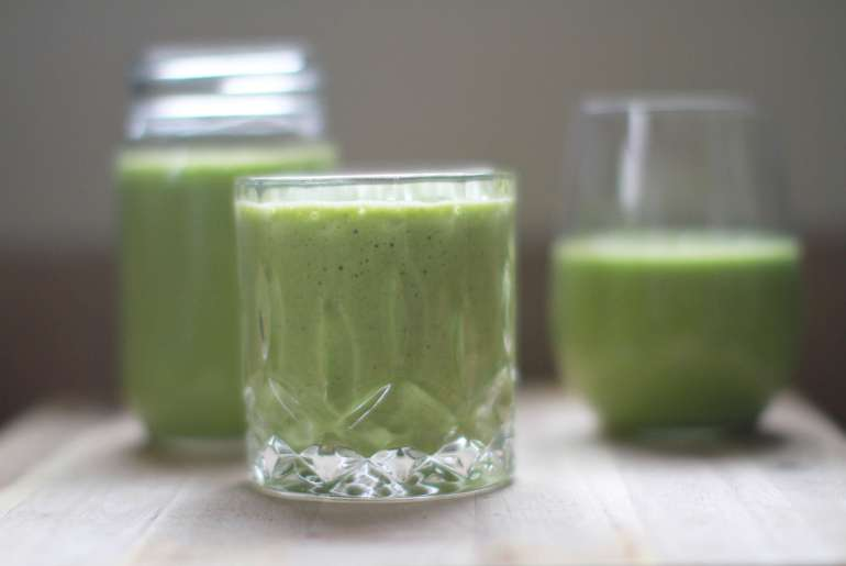 Stay full all morning with a BANANA, SPINACH, PINEAPPLE CHIA SMOOTHIE