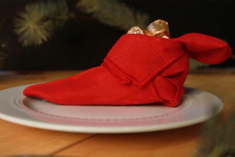 3 fun napkin folding ideas for your Christmas table_christmass tree