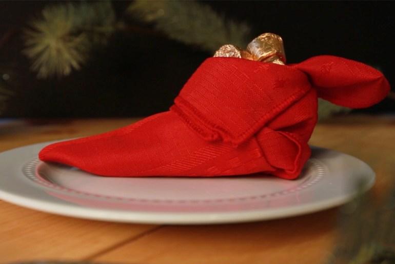 3 fun napkin folding ideas for your Christmas table_christmass tree