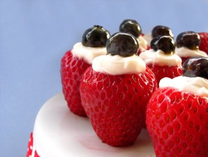 http://www.bakersroyale.com/fast-and-easy/4th-of-july-creme-filled-strawberries/