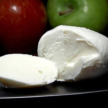 difference between paneer and mozzarella cheese