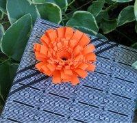 Украсьте подарок цветком с бахромой сделанный своими руками