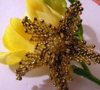 Золотой цветок из бисера своими руками