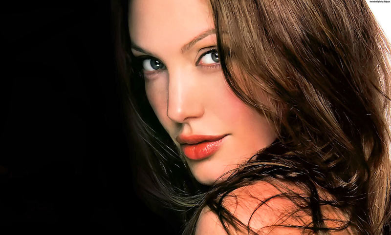 Top 10 Most Beautiful Women Over 40 {hottest & Attractive}