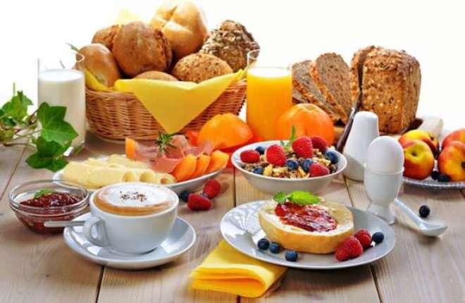 No hotel, a mesa de café da manhã conta com 45 itens, entre pães, frios, bolos, frutas, geleias, cereais, biscoitos e bebidas quentes e frias.