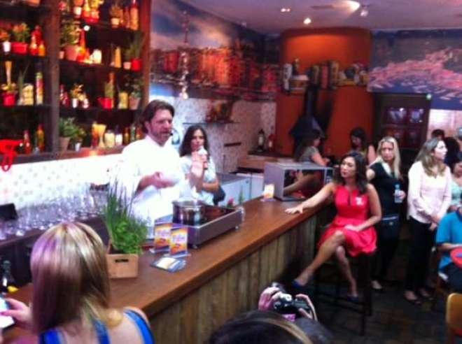 O chef Carlos Bertolazzi, a gerente de Marketing Maria Eugênia, da Friboi, e a atriz Daniele Suzuki, durante o lançamento da linha Todo Dia no evento de Imprensa, no Zena Caffé, em São Paulo. |(Foto: Marcus Frediani)