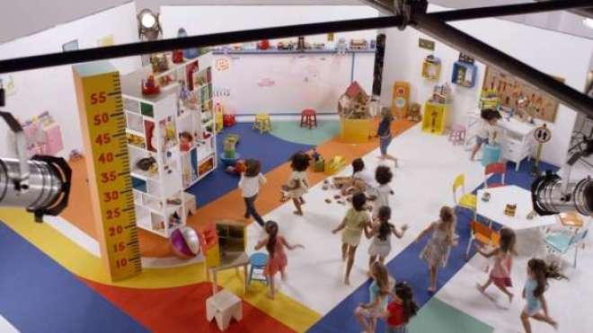 """No """"vídeo-experimento"""", meninas de 3 a 5 anos são convidadas a brincar em um ambiente repleto de carrinhos e de bonecas."""