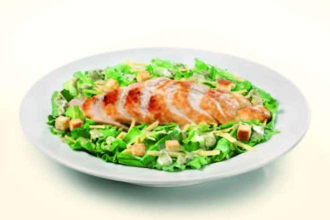 a Grilled Salmon Salad (filet de salmão, alface americana, rúcula, vinagrete de cebola, tomate-cereja, amêndoas laminadas e maçã verde, R$ 36)