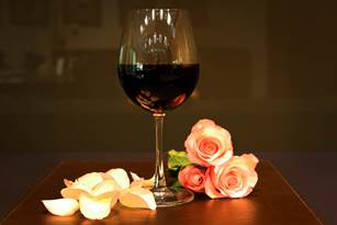 Para festejar a data, as mulheres também ganharão uma taça de vinho como cortesia da casa.