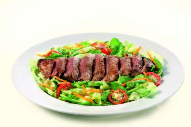 Steak Salad (medalhões de mignon, alface americana, rúcula, molho de vinagre tinto, tomate-cereja e cenoura ralada, R$ 36)