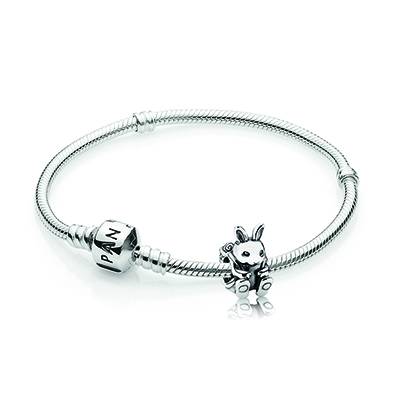O ovo acompanha um bracelete com um charm exclusivo de coelho em prata de lei da joalheria dinamarquesa.