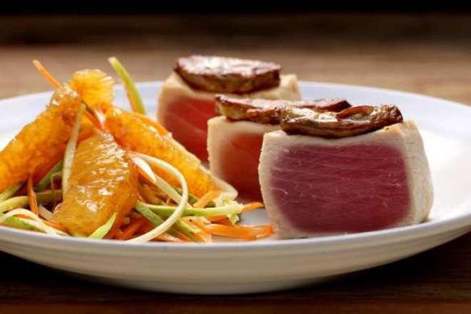 Atum selado com mel de laranjeira, foie gras, linguini de pupunha e laranja confit.