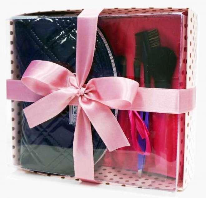 O kit vem em uma charmosa caixa rosa estampada em poás e com fita de cetim que dispensa embalagem adicional.