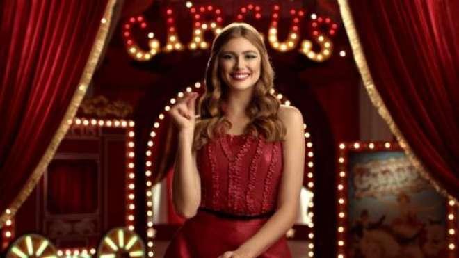 """No filme """"Circus', uma mulher no picadeiro faz truques de mágica enquanto revela os produtos da coleção."""
