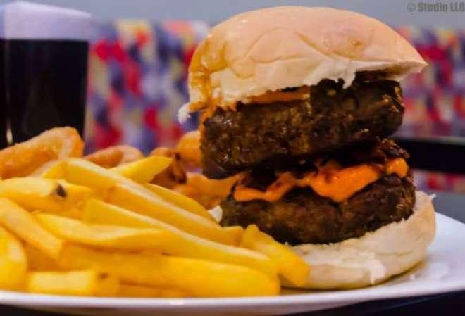Todos os hambúrgueres são servidos com porções de Batatas Fritas, Onion Rings ou Batata Rústica