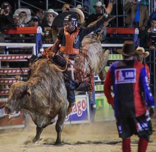 A emoção nas montarias em touros marcou a noite de competições do Ribeirão Rodeo Music. (Foto: Gustavo H.)