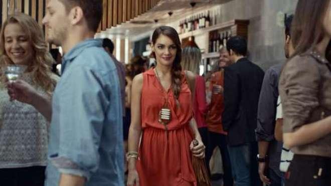 """No filme """"Ponto de Vista"""", uma mulher passa a fragrância e entra em um bar e, toda vez que é percebida por alguém, ela parece diferente."""
