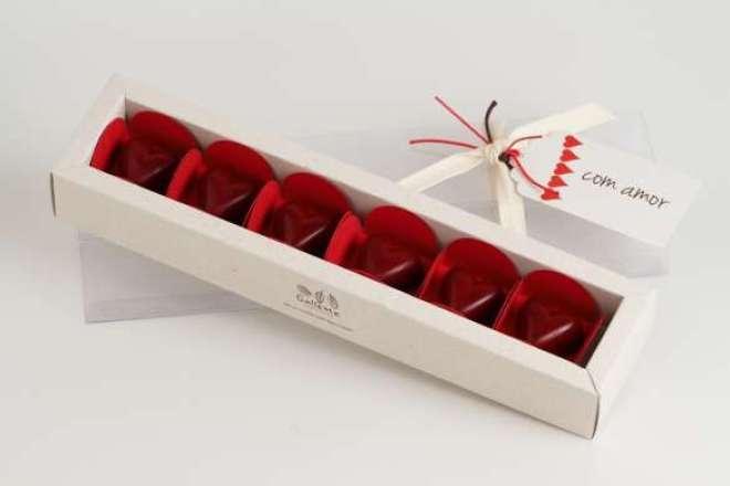 Os presentes para a data incluem embalagens românticas e docinhos em formato de coração, tudo para expressar o amor que o dia simboliza.