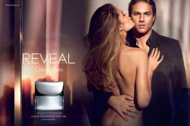a publicidade impressa de REVEAL Men Calvin Klein captura o ator britânico Charlie Hunnam em um abraço provocativo com a supermodelo holandesa Doutzen Kroes.