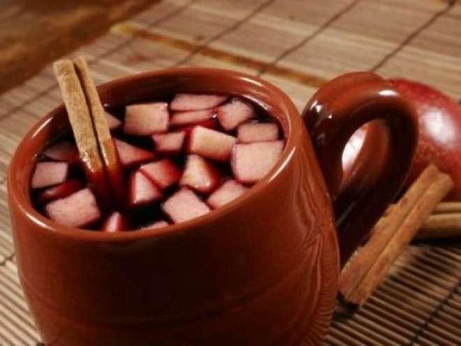 No caso das bebidas, a melhor opção é o vinho quente (190 cal), pois é menos calórico que o quentão (276 cal).
