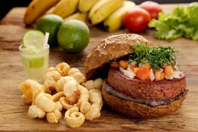 A criação da Quincho Grill tem como grande diferencial o inédito hambúrguer desenvolvido com carne seca, paleta suína, paio, calabresa, costelinha defumada e bacon.
