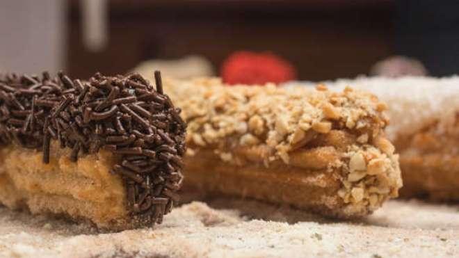 Os deliciosos churros são servidos com inúmeras opções de coberturas doces.
