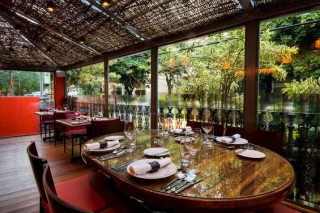 O seu restaurante está localizado no bairro do Jardim Botânico, Rio de Janeiro, em uma casa moderna que é, ao mesmo, tempo acolhedora e elegante.