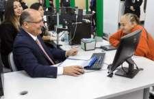 No Poupatempo da Sé, o governador Geraldo Alckmin atendeu a Ana Maria Nunes, que foi fazer um novo RG.