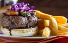 As estrelas da casa, os burgers são feitos artesanalmente pelo Chef Khahim com uma combinação de picanha, alcatra e fraldinha.
