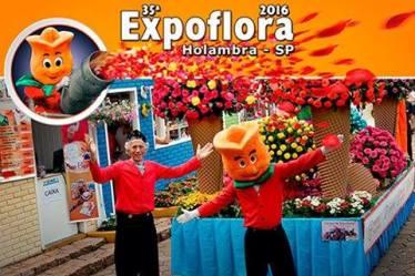 O simpático Pit e a mascote da Expoflora esperam por você na mostra!