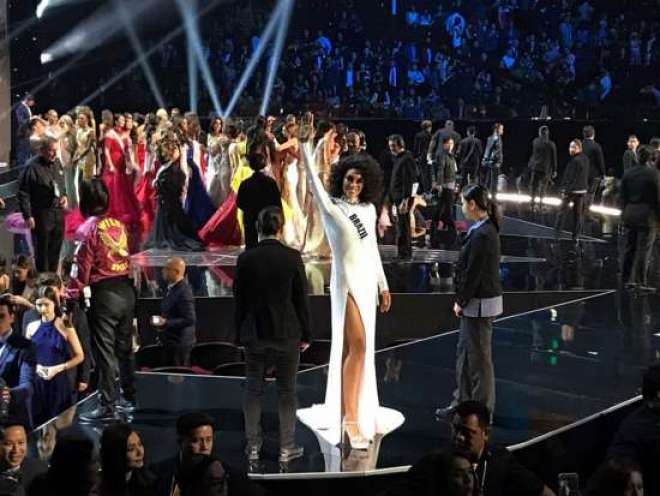 """O fashion designer Alexandre Herchcovitch cria para Raissa """"o vestido mais brilhante do mundo""""."""