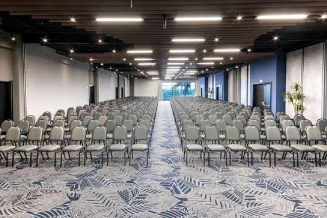 Hotel conta com 16 salas de reuniões e 1.950 metros quadrados de espaço para eventos.