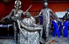 Jesus é retirado da cruz por Maria, Krishna e Ganesha.