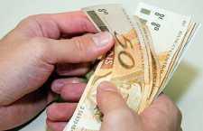 DINHEIRO NA MÃO. A primeira preocupação das pessoas deve ser com as dívidas.