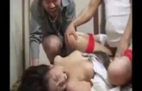 【レイプ強姦動画】ヤクザに誘拐され両手足を縛られた他人妻が3人がかりで犯される恥辱の中田氏強姦・・・