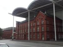 Irgendwie war das Haus in die Wand der Messehalle integriert - ob da wer drumherum gebaut hat?