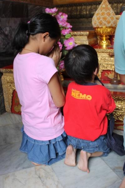 Cute praying kids ^_^