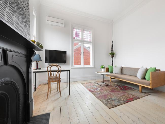Chambre Lit Mezzanine | Super Small Studio Apartment Under ...