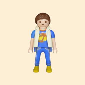 Garçon en jean et tee-shirt bleu
