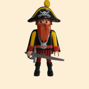 Pirate à barbe rousse avec ses armes