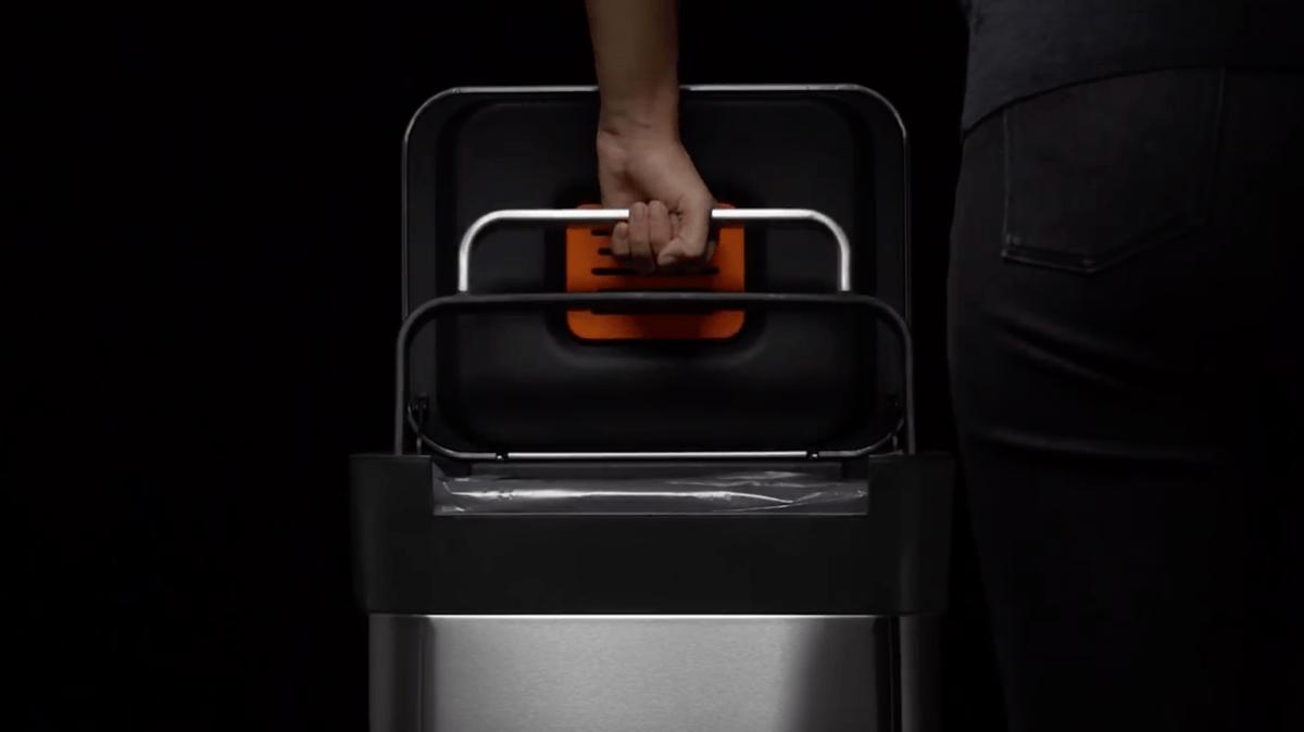 Titan : la poubelle qui compacte vos déchets en un simple geste