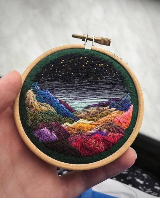 Cette artiste brode des paysages sublimes avec des fils colorés