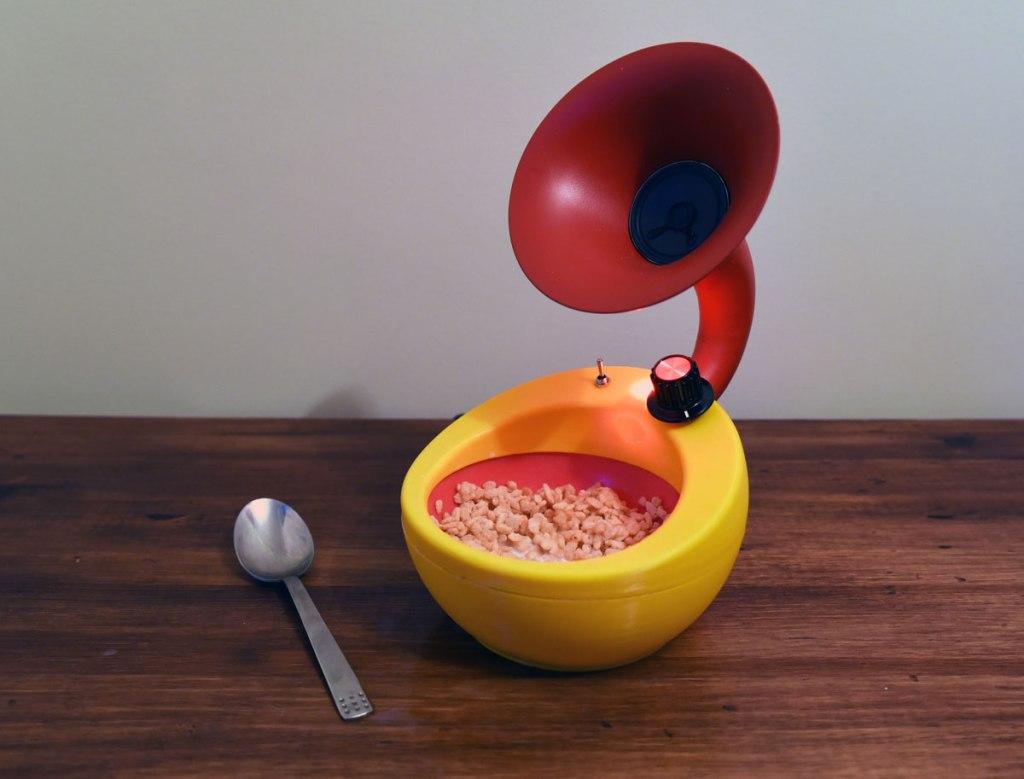 Ce bol de céréales avec un haut-parleur intégré amplifie le bruit des céréales qui crépitent