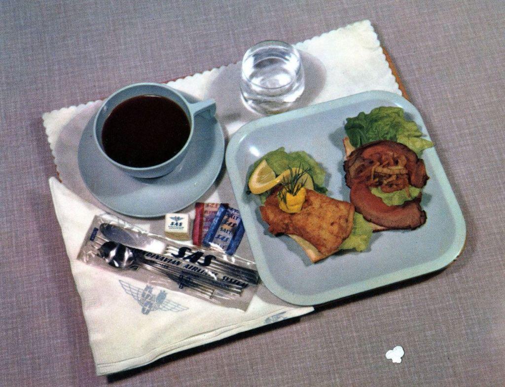 Cette compagnie aérienne scandinave montre à quoi ressemblaient les repas dans les années 1950 ! By Mélanie D. Sas-compagnie-aerienne-repas-7