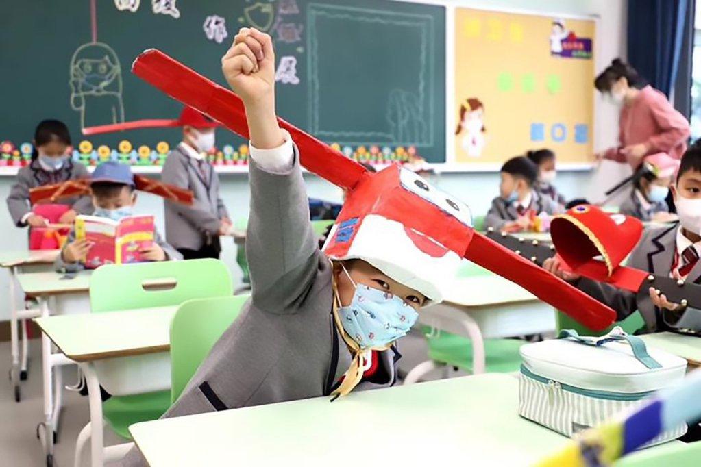 Les écoliers chinois portent des chapeaux insolite pour se maintenir à distance